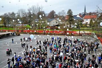 Krönender Abschkuss: DIe Jugendlichen ließen Hunderte persönlicher Wunschkarten an Luftballons in den Himmel fliegen. Foto: Drewes