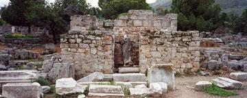 Palazzo vicino la tribuna monumentale, la bemà, dalla quale predicò S.Paolo, secondo la tradizione
