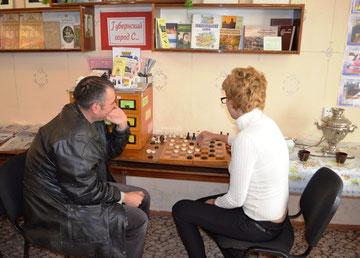 Дружеский матч по шашкам между читателем Павлом Циганковым и библиотекарем Татьяной Пискуновой