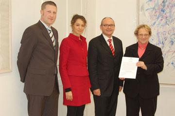 Übergabe der Stiftungsurkunde an Thomas Tritsch, Liljana Groh und Heiko Leverkus durch die Regierungspräsidentin Nicolette Kressl