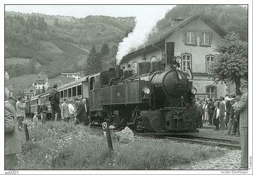 Die letzte Fahrt ist beendet. Die Lokomotive Nr.105 mit den angehängten Wagen steht wieder im Bahnhof Todtnau.