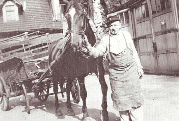 Jupp Müller mit Einspänner am Pferdestall in der unteren Bachstraße