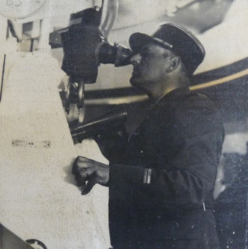 Lieutenant Casso  expliquant le fonctinnement de la tourelle du Bloc I aux allemands (Photo: DR)