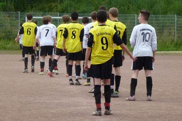 Der Freistoß kommt: TuS A-B Jugend im Test am Sonntagmittag (Foto: mal).