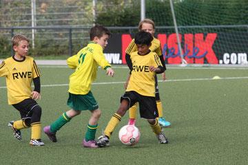 TuS E2-Jugend im Spiel gegen FC Karnap E4.. - Foto: o.k.