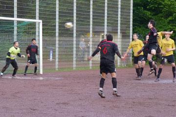 Mike van Doren erzielt per Kopf die 2:1 Führung für den TuS (Foto: mal).