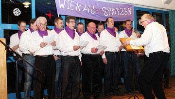 Mit vollem Einsatz führt der Passiven-Chorleiter Friedrich Wiethaupt seine Wierau-Spatzen durch das Programm mit Liedern und Dönkes. Fotos: Bärbel Recker-Preuin
