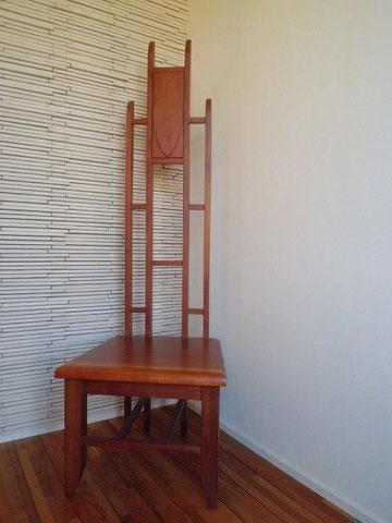 木の椅子 玄関の主役