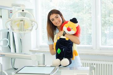 Hicran Peksoy mit dem Clown Oskar nimmt den ersten Kontakt zu Kindern beim Zahnarzt auf.