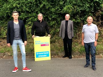 Ulrich van Bebber (2. von rechts) freut sich über das neue Führungsteam der FDP in Altenahr mit dem Vorsitzenden André Nursinski-Stolberg (links) und seinen Stellvertretern Karl-Heinz Kreuzberg (Mitte) und Berthold Phiesel (rechts)