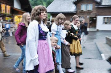 Für den Abschied von ihrer Schule wünschten sich die Kinder, die Tracht anzuziehen und mit den Trychlern durch Saxeten zu ziehen.