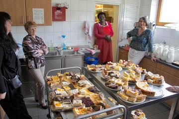 """Die Kuchenspenden aus der Bevölkerung waren großartig. Die helfenden """"Guten Geister"""" in der Küche hatten viel zu schneiden.  Vielen Dank dafür"""