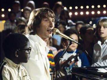 Jürgens mit dem Kinderchor der Bad Godesberger Elementary School in der ZDF-Show «Meine Lieder sind wie Hände». Foto: Martin Athenstädt/Aufnahme vom 11.09.1980
