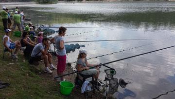 Une famille entière pour apprendre les rudiments de la pêche !
