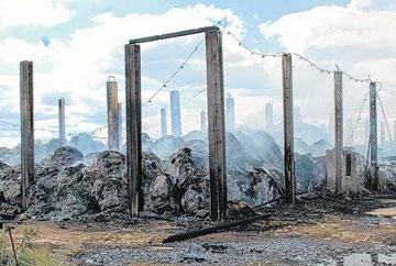 Auch am Sonnabend brannte das Stroh und Heu noch. Von der Feldscheune blieben nur noch die Betonpfosten stehen. Foto : Andreas Puls