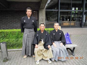 京都大会 京都会館前で記念撮影 馬田範士 左が中田錬士 右が村上