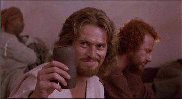 A Dafoe le acaban de servir un vaso de agua.