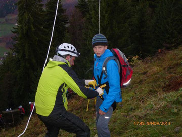Jugendbergretter bei der Bergung aus der Gondel