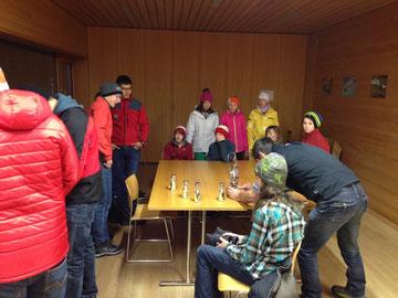 Die Jugendbergretter(innen) bei den Vorbereitungsarbeiten. Foto: Edelbert Strolz