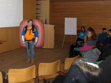 Vorführung eines Lawinen-Airbag-Rucksackes, Foto: Herbert Strolz