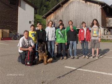 die Jugendbergretter mit dem Hundeführer und Hund, Foto: Herbert Strolz