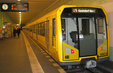 U-Bahn Berlin Baureihe H im U-Bahnhof, vorne Glasfront Fahrerkabine ohne Fahrer. Foto: Helga Karl