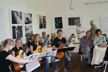 Ausstellungseröffnung einer Ausstellung von Nathalie Arun im Atelierhaus Alte Schule Greven-Aldrup