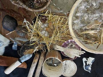 Artefakte wie Beile, Äxte oder Messer zum Anfassen
