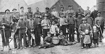 Ziegelmeister Hermann Klöpping (vorne rechts) mit seiner Belegschaft