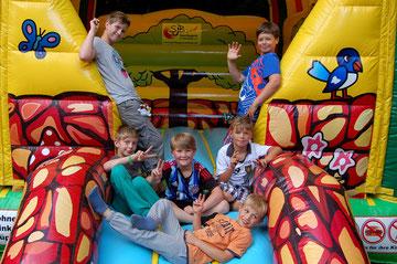 Spaß hatten die jüngeren Dorfbewohner unter anderem auf der Hüpfburg, die von der Sportjugend bereitgestellt worden ist.
