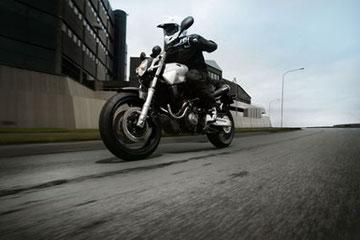Der breite Lenker und die aufrechte Sitzposition der Yamaha MT-03 bieten dem Fahrtwind eine größere Stirnfläche als Modelle wie die YZF-R1.