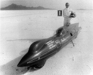Don Vesco und sein Streamliner #11, mit dem er am 17. September 1970 als erster Motorradfahrer 403 km/h erreichte. Die Kraft lieferten zwei Yamaha Motoren mit je 350 ccm.