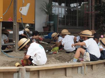 たくさんの子が砂場で遊んでいました。