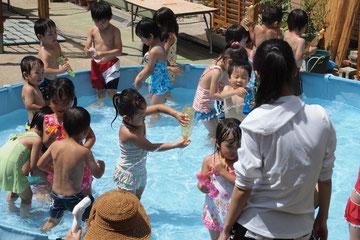 暑いからプールです。