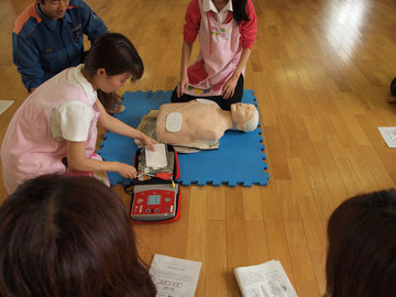 AEDのパッドの付け方も習います。