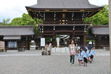 真清田神社の門をくぐり、向かった先は…