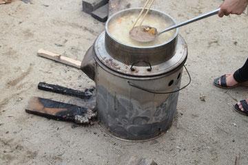炭で煮ます。