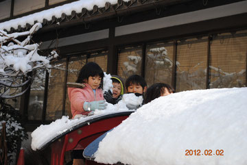 屋根の雪をかき集めます。