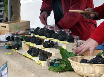 """Die 57. Ausgabe von """"Nero Norcia"""", der nationalen Marktausstellung des begehrten schwarzen Trüffels von Norcia und typischer Produkte, zeigt die neue Gesetzesvorlage zur Sammlung, Forschung, Kultivierung und Vermarktung von Trüffeln"""