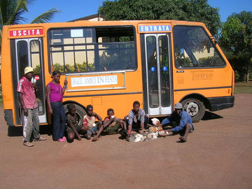 L'autobus acquistato con i fondi raccolti nel 2009.