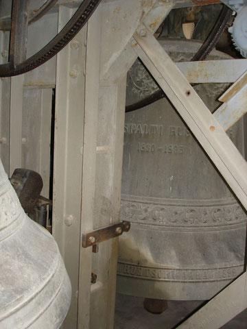 Das Spältiglöcklein von 1698 hängt im Glockenstuhl der heutigen Kirche, ist aber nicht mehr in Betrieb.