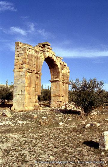 Henchir Mdeïna (Althiburos) : Arc de triomphe élevé en l'honneur d'Hadrien