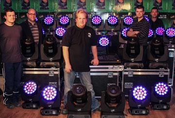 Florian Daniel Tospann (2. v. r.) mit seinem Team und einem Teil der neuen Produkte.