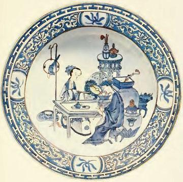 Assiette de porcelaine coquille d'œuf. Bleu de cobalt sur couverte avec touches de couleur chamois. Couple d'amoureux musiciens, et objets habituels d'un intérieur de Chinois cultivés. Bordure à motifs ornementaux interrompus par des panneaux d'orchidées.