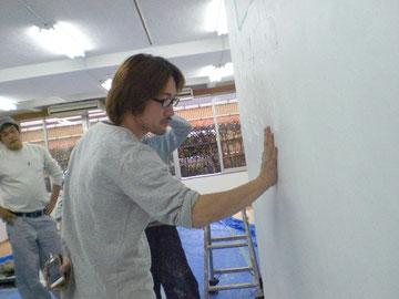 八幡工業さん二代目、壁を塗る図