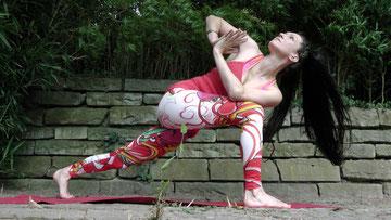 Twists mobilisieren die Wirbelsäule und halten die Bandscheiben gesund.
