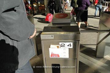 Fahrkarten-Entwerter, Bahnhof Valencia, Valencia, Spanien