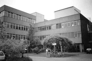 Die altehrwürdige Universität für Zauberei und magische Künste zu Kessel (perfekt getarnt als Plattenbau aus den 60iger Jahren)