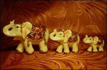 Три слона: слон, слониха, слонёнок; большой, поменьше, маленький