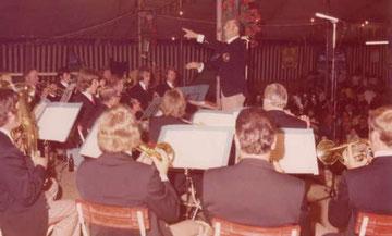 Die Musikkapelle Reute-Gaisbeuren unter Dirigent Anton Maucher eröffnet das Festbanket am Freitagabend zum Kreismusikfest 1974.